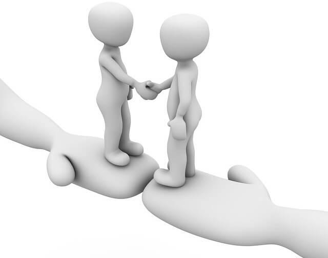 referral紹介:手の上で握手する二人