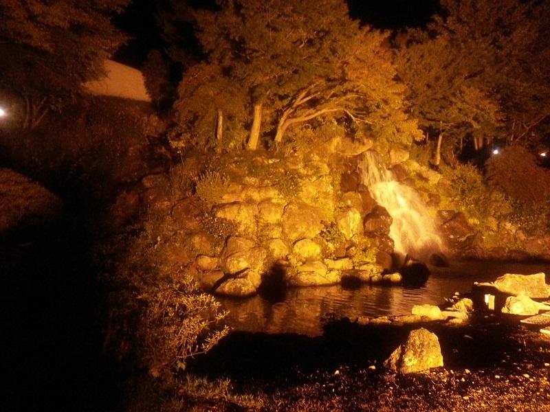 ホテル敷地内の小さな人工の滝