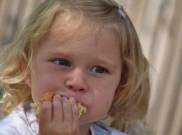 食事を頬張る少女