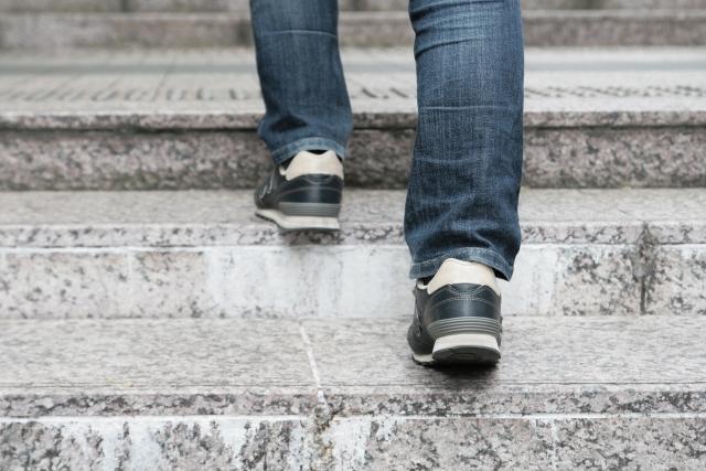階段を登る足元