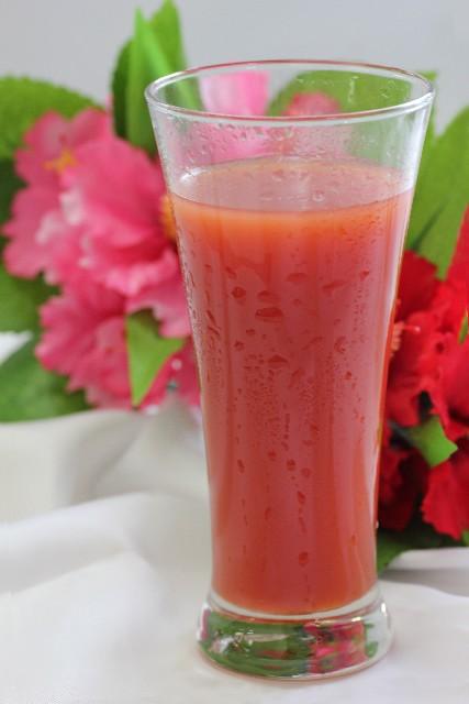 テーブルの上のトマトジュース